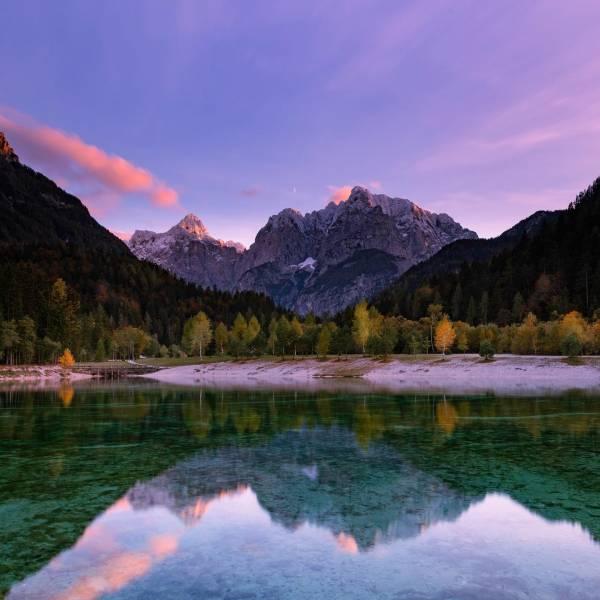 Velvet sky at Lake Jasna  one of the most picturesque lakes in Slovenia.   Click the linkin.bio and discover gorgeous lakes in green Slovenia   #ifeelsLOVEnia #mojaslovenija #sloveniaoutdoor #kranjskagora   Photo by @the_wandering_photo_guy.