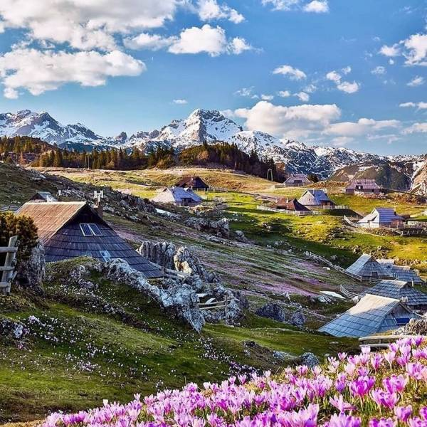 Who else would want to stroll through this magical plateau Velika Planina?   The end of spring is when the cowbells out on the Alpine pastures of the Velika Planina plateau start ringing, announcing the arrival of herdsmen. It's a magical plateau with one of the largest herdsmen's settlements in Europe.  #ifeelsLOVEnia #mojaslovenija  Photo by @wandergraphycom.  