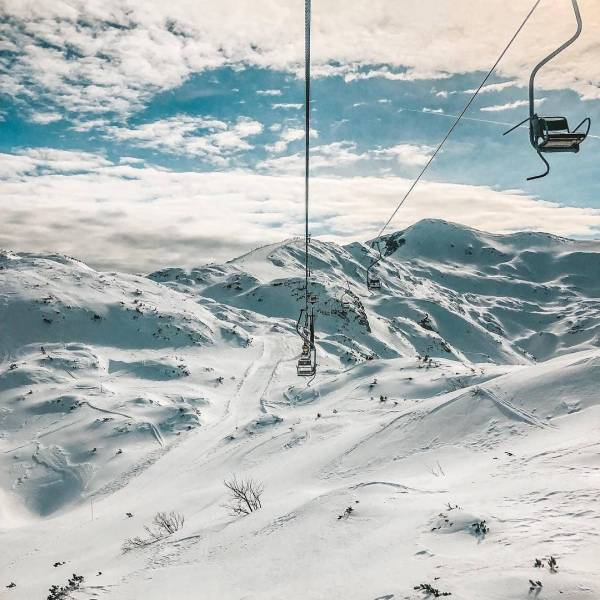 Who else wants to transport themselves here?  With such nice weather, spending a day on the slopes seems like a perfect idea. If you're in the Bohinj area, @vogelskicenter might be a perfect skiing destination for you. ️ Thank you @sasarakovec for sharing your photo with #ifeelsLOVEnia.